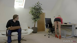 Mail clerk hits a homerun with attractive liaison lady Candy Licious