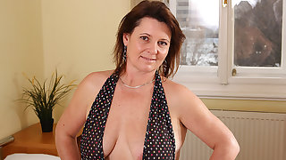 Kinky Housewife Getting Her Pussy Wet - MatureNL